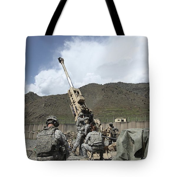 U.s. Soldiers Prepare To Fire Tote Bag by Stocktrek Images