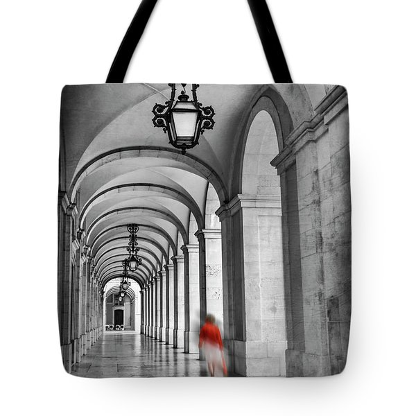Arched Walkway Terreiro Do Paco Lisbon Portugal In Black And White Tote Bag