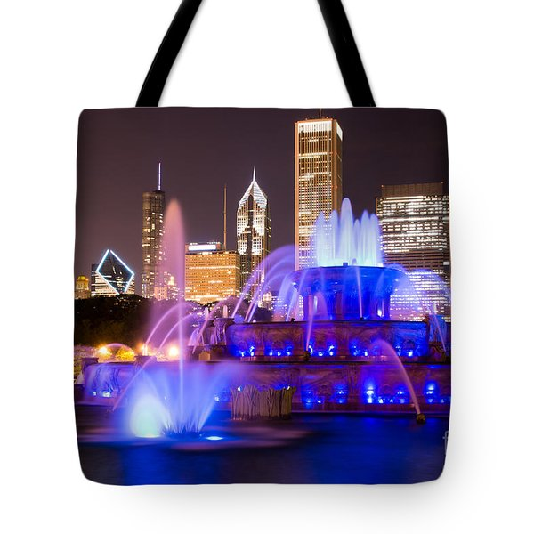 Buckingham Fountain At Night With Chicago Skyline Tote Bag by Paul Velgos