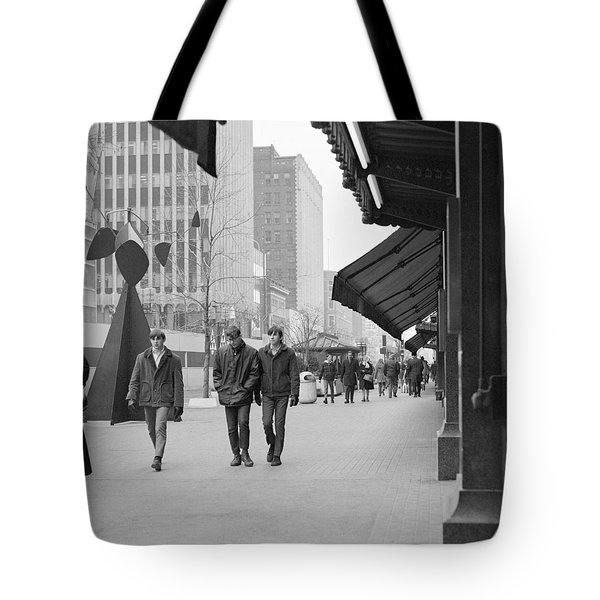 Calder Sculpture On Nicollet Mal Tote Bag