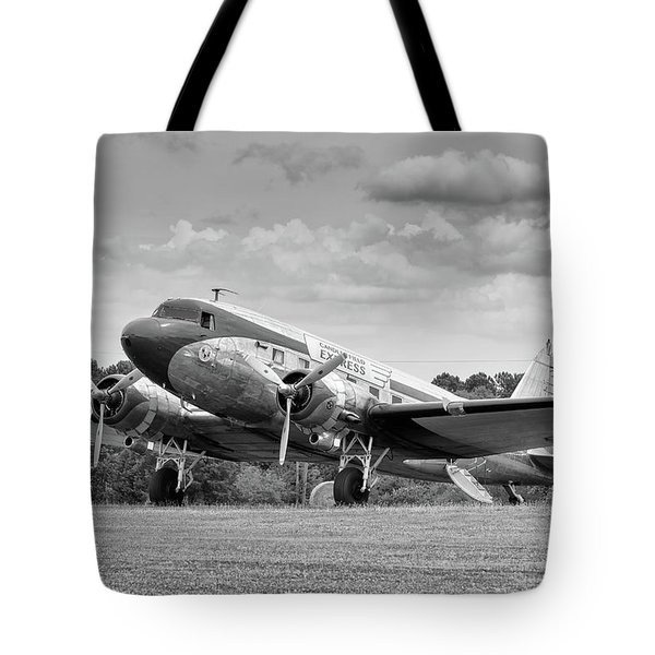 Dc-3 On Grass Tote Bag