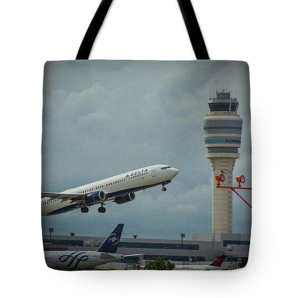 Delta Airlines Airplane N835dn Hartsfield Jackson Atlanta International Airport Art Tote Bag
