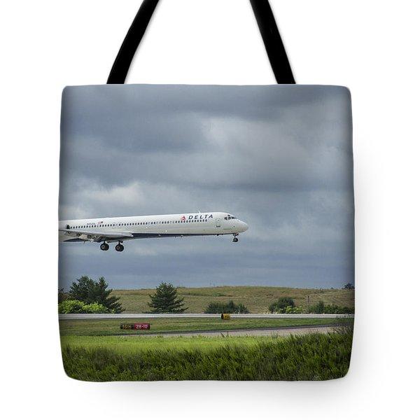 Delta Airlines Mcdonnell Douglas Aircraft N952dl Hartsfield-jackson Atlanta International Airport Tote Bag
