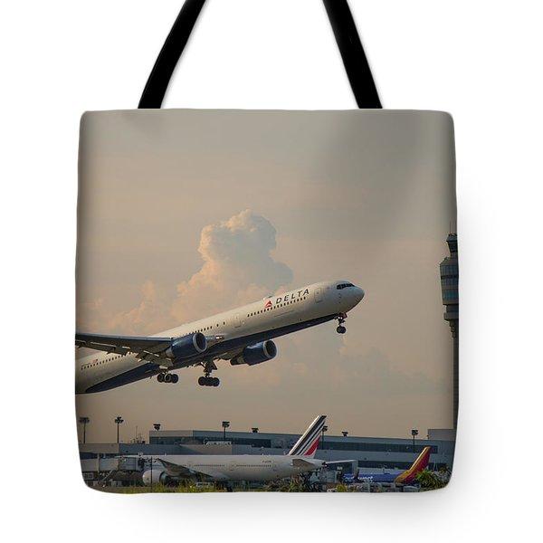 Delta Airlines Boeing 767 432 Er Hartsfield Jackson Atlanta International Airport Art Tote Bag