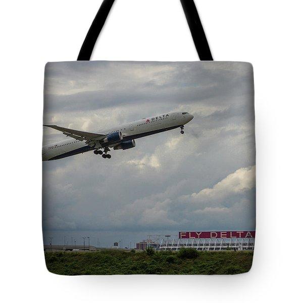 Delta Airlines Jet N836mh Hartsfield Jackson International Airport Art Tote Bag