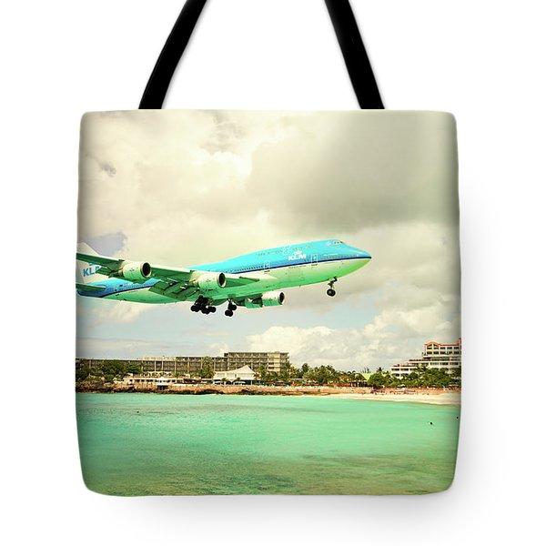 Dramatic Landing At St Maarten Tote Bag