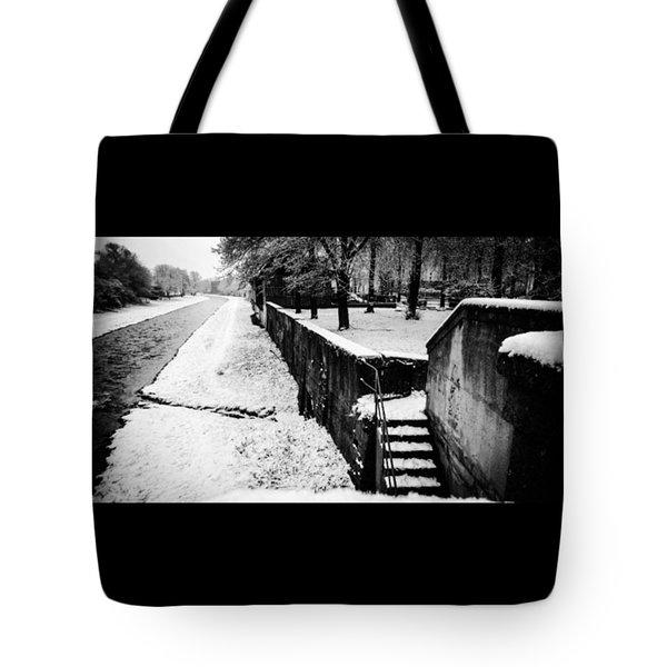 Ein Bisschen Winter In Tote Bag
