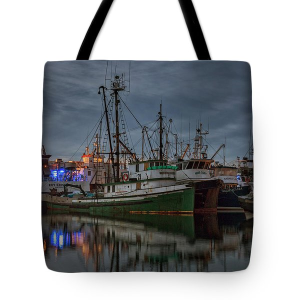 Tote Bag featuring the photograph Full House 2 by Randy Hall
