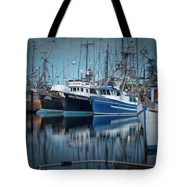 Tote Bag featuring the photograph Full House by Randy Hall