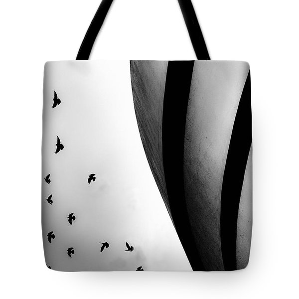 Guggenheim Museum With Pigeons Tote Bag