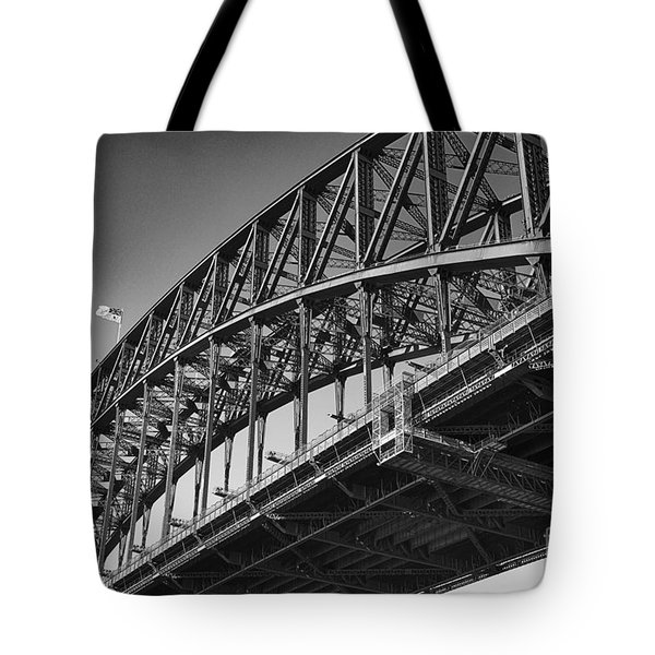 Tote Bag featuring the photograph Harbor Bridge In Black And White by Yew Kwang