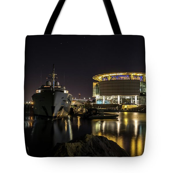 Tote Bag featuring the photograph Jamaica Bay At Discovery World by Randy Scherkenbach