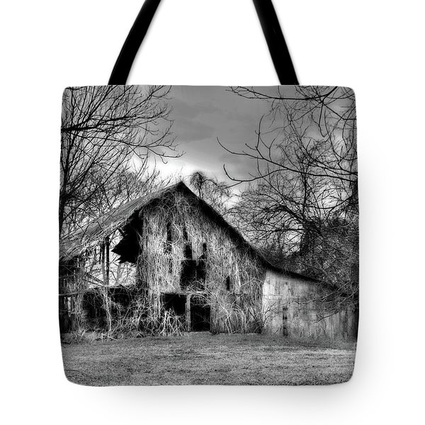 Kudzu Covered Barn In The Mississippi Delta Tote Bag