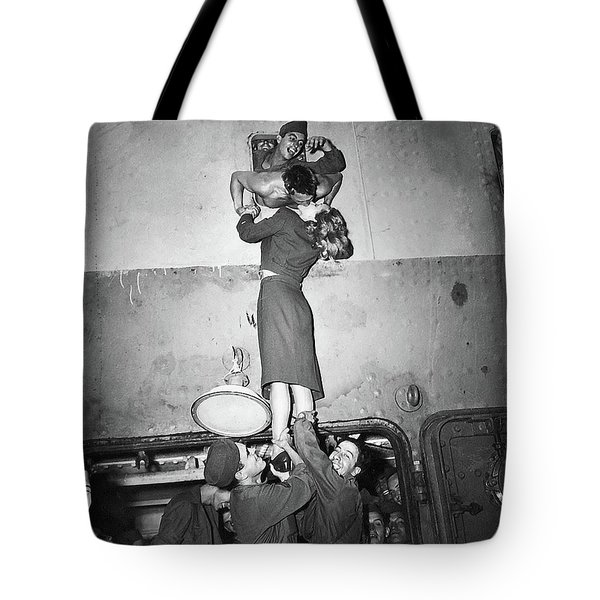 Marlene Dietrich Kissing Soldier Returning From Ww2 1945 Tote Bag
