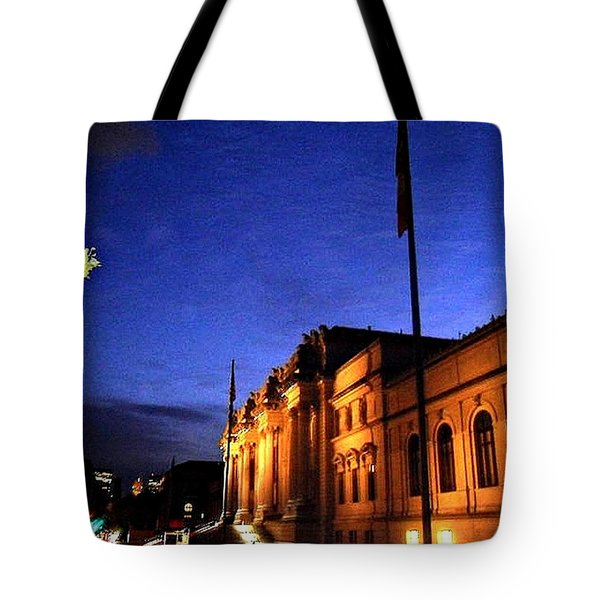 Tote Bag featuring the photograph Metropolitan Museum Of Art Nyc by Vannetta Ferguson