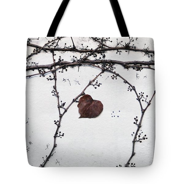 nature art photograph - Lonely Heart Leaf Tote Bag