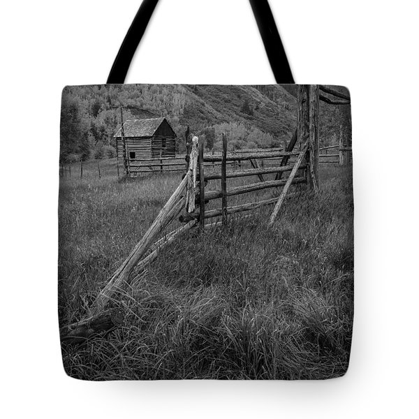 Old Corral And Barn Bw Tote Bag