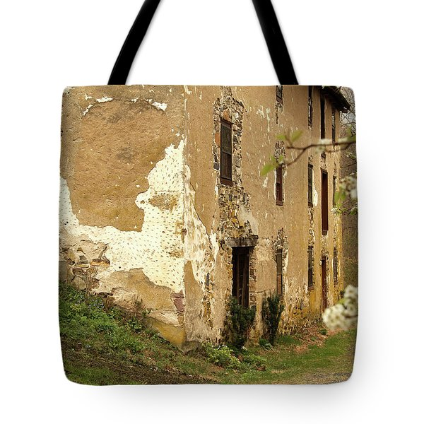 Tote Bag featuring the photograph Old House In Pennsylvania by Emanuel Tanjala