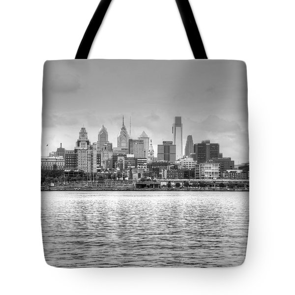 Philadelphia Skyline In Black And White Tote Bag