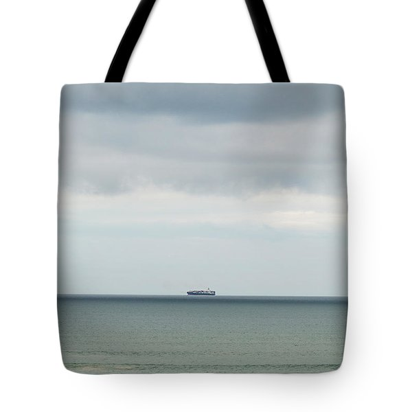 Tote Bag featuring the photograph Sailing The Horizon by Linda Lees