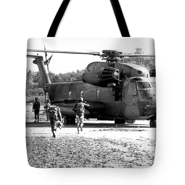 Soldiers Run To A Hh-53c Helicopter Tote Bag by Stocktrek Images