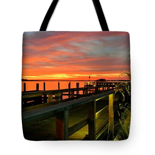 Tote Bag featuring the photograph Sundown by Elfriede Fulda