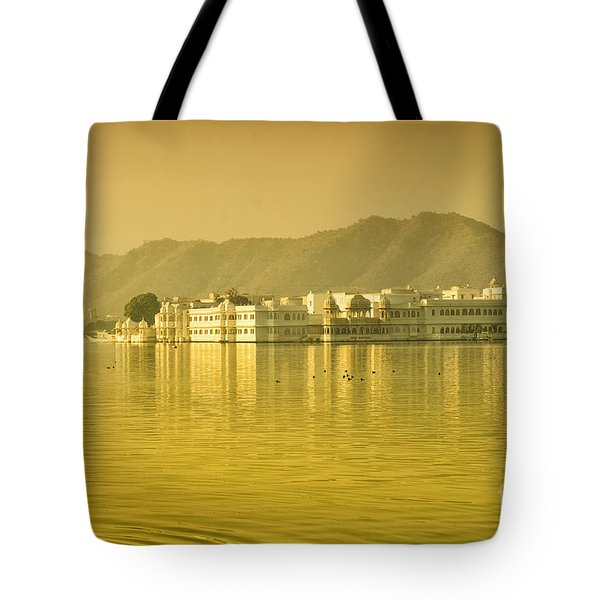 Tote Bag featuring the photograph Sunrise At Pichola Lake Palace by Yew Kwang