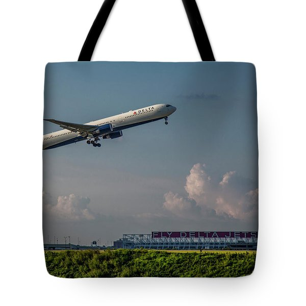 Sunset Glow Delta Airlines Jet N839mh Hartsfield Jackson International Airport Art Tote Bag
