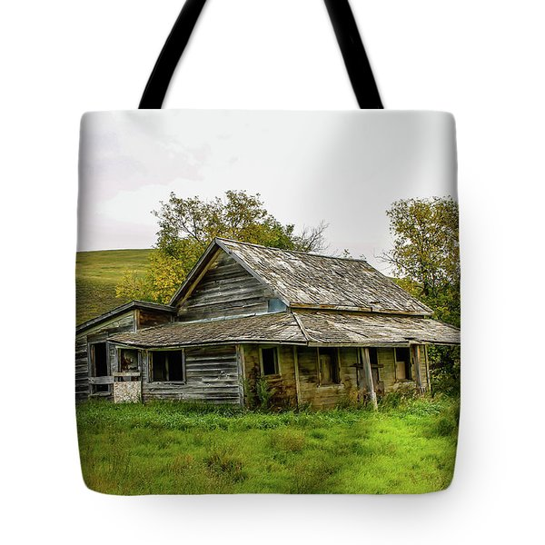 Abondened Old Farm Houese And Estates Dot The Prairie Landscape, Tote Bag
