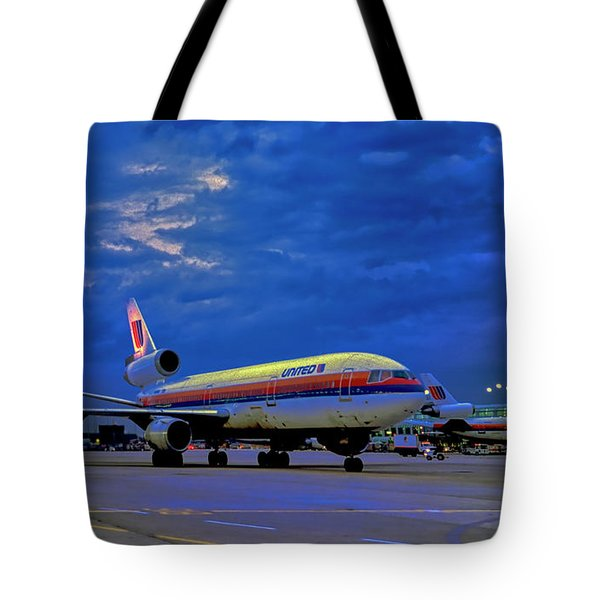 Dc10-30 Taxi Chicago Ohare Early Morning  521010057 Tote Bag