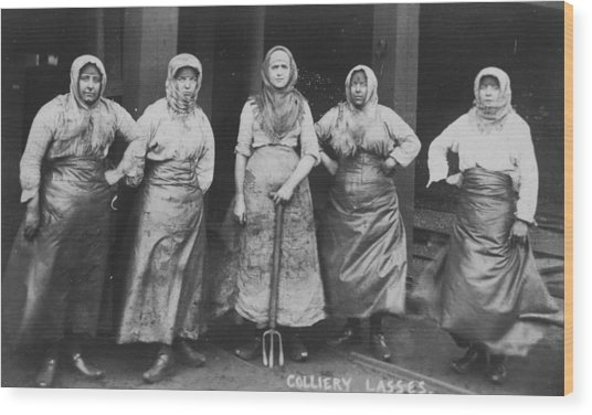 'colliery Lasses' Of Wigan Wood Print by Mary Evans Picture Library