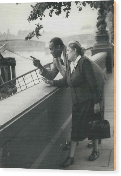 Paul Robeson Goes Sightseeing In London Wood Print by Retro Images Archive