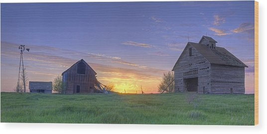 Abandoned Farmhouse And Barn At Sunset Wood Print