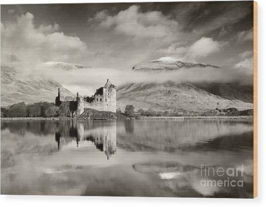 Kilchurn Castle Wood Print by Derek Croucher