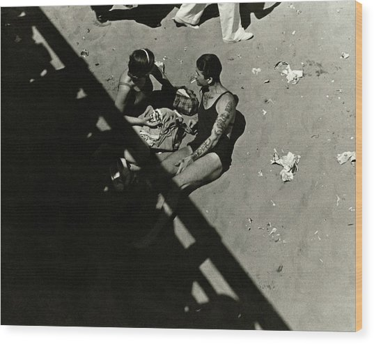 A Couple At Coney Island Wood Print