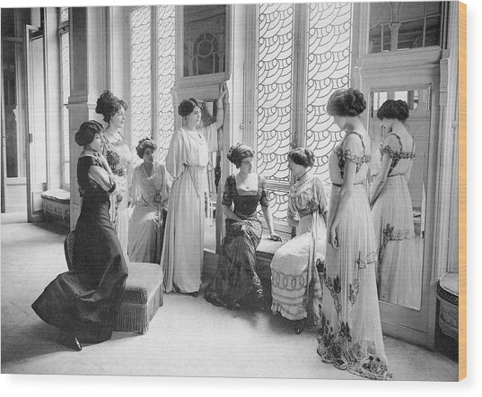 A Group Of Mannequins Relax  And Chat Wood Print by Mary Evans Picture Library