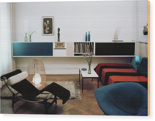 A Living Room With A Le Corbusier Chair Wood Print