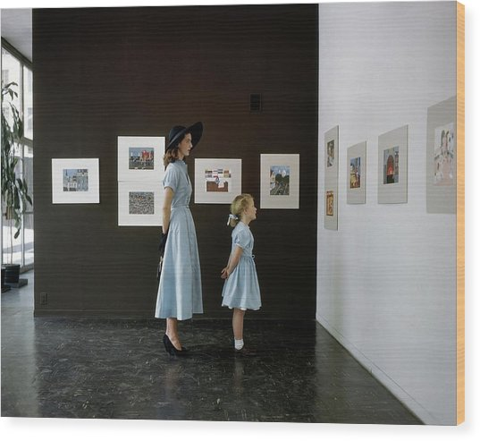 A Mother And Daughter At Moma Wood Print