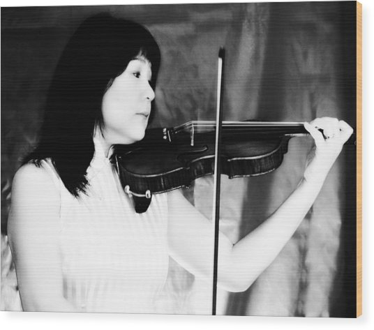 Asian Woman Playing The Violin Wood Print by David Zoppi