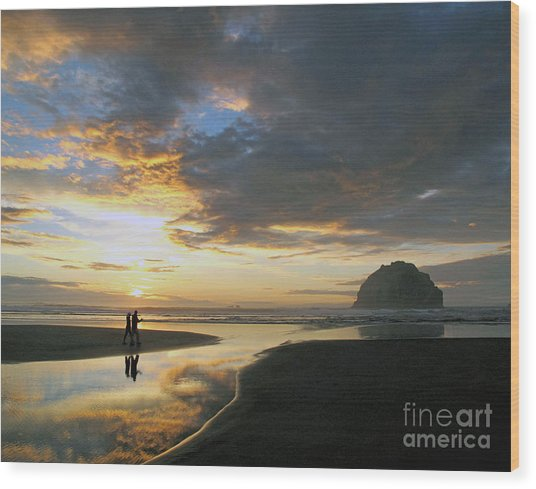 Bandon Beach Stroll Wood Print