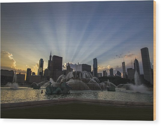 Buckingham Fountain With Rays Of Sunlight Wood Print