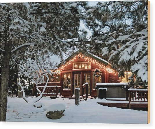 Cabin With Christmas Lights Wood Print
