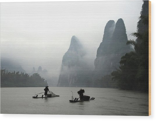 Fishermen With Bamboo Raft In Li River Wood Print