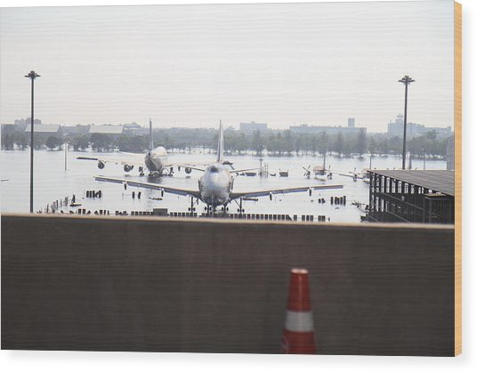 Flooding Of The Airport In Bangkok Thailand - 01136 Wood Print by DC Photographer