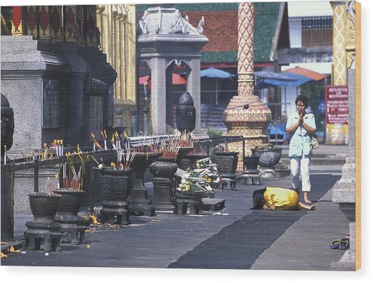 Girl Praying In Front Of Buddhist Temple Near Chang Mai Wood Print by Richard Berry