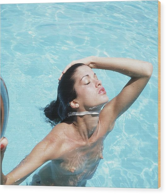 Janice Dickinson Shirtless In Swimming Pool Wood Print