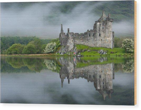 Kilchurn Castle At Dawn Wood Print by David Ross