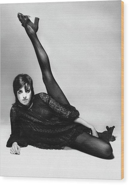 Liza Minnelli With Her Leg Raised Wood Print