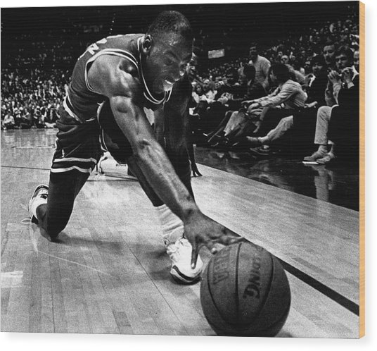Michael Jordan Reaches For The Ball Wood Print by Retro Images Archive