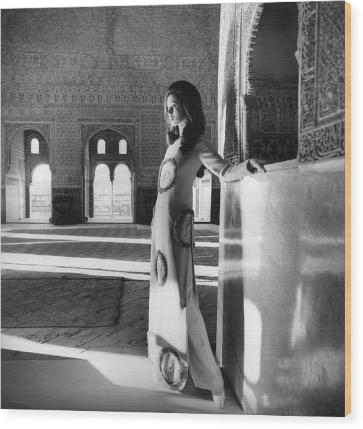 Model In The El Mirador De Lindaraja Wood Print